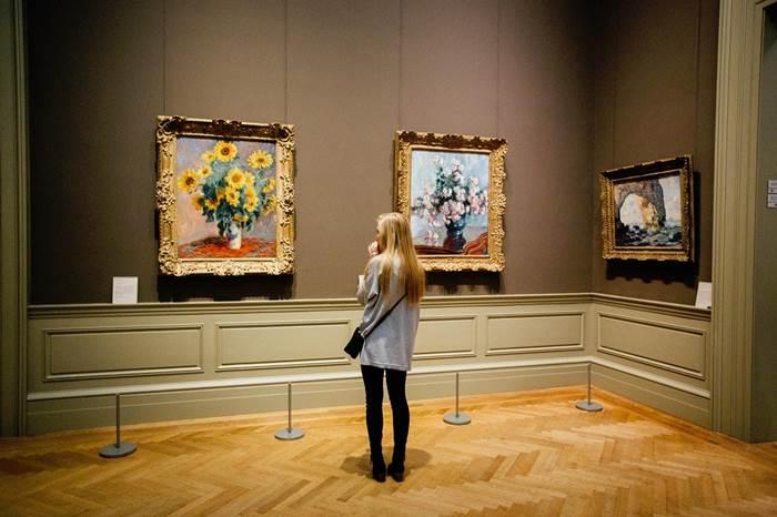 Девушка в музее