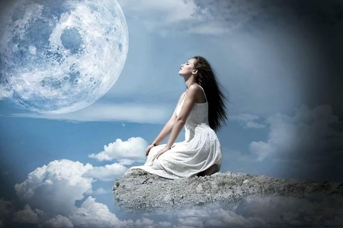Девушка с красивыми волосами и Луна